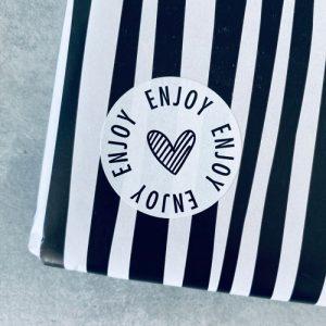 ronde sticker | enjoy | hartje | wit-zwart