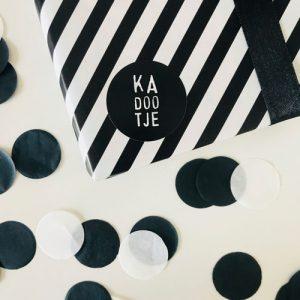 ronde sticker | kadootje | zwart-wit